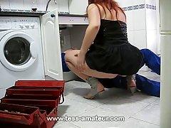 Возбужденная домохозяйка трахала мастера, который починил ее стиральную машину, вместо того, чтобы платить за его услуги