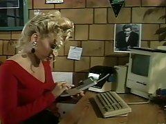 Сексуальная блондинка трахает своего босса, в то время как его ревнивая жена находится на своем пути домой