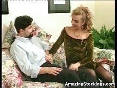 Старинная леди и парень, в которого она влюбилась, занимаются сексом в своем месте
