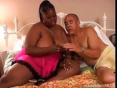 Толстая темнокожая женщина собирается начать кричать от удовольствия, в то время как ее муж трахает ее