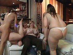Полные женщины спускаются и грязные с младшими парнями, в то время как их мужья работают