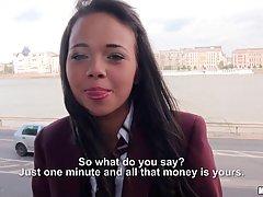 Непослушная брюнетка колледжа, Трисия становится пьяной для денег, потому что она должна заплатить стипендию