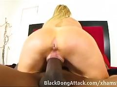 Член любя светлый секс с женщинами в возрасте сосет палку мяса ее темнокожего возлюбленного, становясь на колени перед ним
