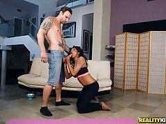 Соблазнительная эбеновая королева порно Лала Кэмайл показывает груди и едет на полюсе белого мяса
