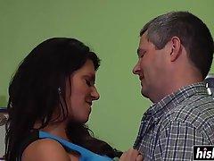 Шлюха брюнетки с ремнем - на хочет понравиться своему причудливому возлюбленному, его время для траханья задницы