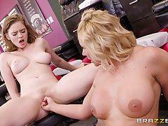 Мари.Phoenix и Мэри Муди - две хорошо выглядящих королевы порно, которые любят лесбийский материал наверняка