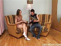 У миниатюрного малыша и ее возбужденного бойфренда есть дикий половой акт, в то время как на кресле