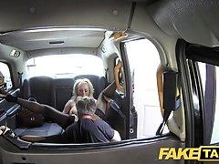 У грудастой белокурой женщины есть полный секс в такси с водителем, ей нравится много