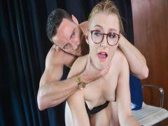 Шеф тестирует новую секретаршу на секс в разных позах