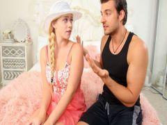 Поклонник фетиша накормил блондинку с пирсингом свежей спермой