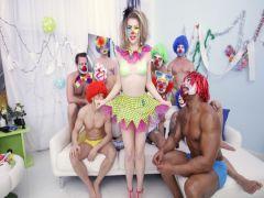 Банда клоунов во главе с негром дрючит пышную клоунессу в групповухе с двойным проникновением