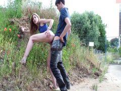 Роскошная блондинка занимается жестким сексом на загородной прогулке