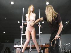 Красивую блондинку заставляют мастурбировать пилотку искусственным членом