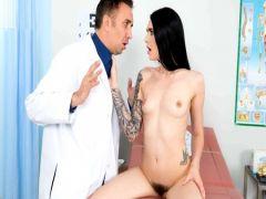 Врач Кейран Ли залезает пациентке между ног языком и членом