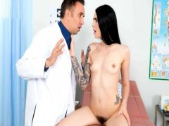 The doctor Keyrang Li climbs to the patient between feet language and the member