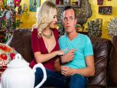 The guy after classes in college enjoys love entertainments with the mature blonde