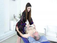 Старичок отодрал девушку из Беларуси на кушетке во время массажа