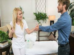 Блондинка трахается с незнакомым кудрявым парнем на массаже