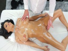 Сделал массаж брюнетке с буферами и жестко оттрахал ее на сеансе