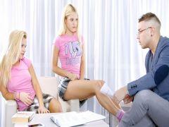 Вместо занятий науками молодой репетитор занимается сексом с двумя московскими чиками