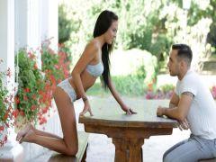 Молодая брюнетка с жаром занимается сексом с другом на уличном столике