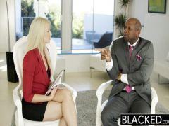 Красивая блондинка трахается с будущим начальником в зад