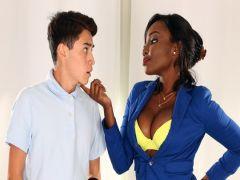 Хлопчик подрочил под эротику и трахнул негритянку