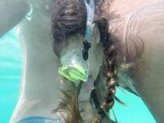 Шустрая любовница делает минет другу на свежем воздухе и под водой