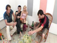 Русские парни трахают молодую собутыльницу в групповом сексе