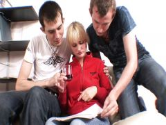 Ребята из Новгорода жестко шпилят блондинку перед съемками