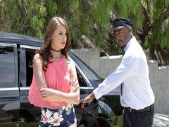 Чернокожий шофер ублажает бабские хотелки молодой леди