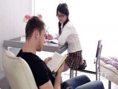 Приятель делает молодой студентке расслабляющий массаж и бурный секс