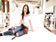 Telka in jeans full of holes snoshatsya professionally at rich studio
