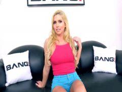 Пара агентов кастинга долбит в обе дырки красивую блондинку на студии