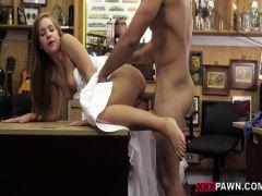 Невеста занимается горячим сексом с продавцом в подсобке магазина