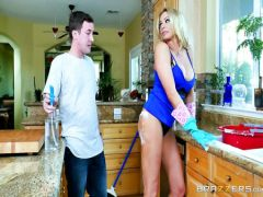 The Sisyasty girlfriend of the uncle is rigidly flogged with his nephew during cleaning