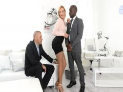 Длинноногая бизнес-вумен получает межрасовый секс от деловых партнеров в офисе