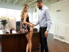 Задрал платье и отодрал секретаршу блондинку на столе
