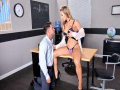 Преподша получает кайф от секса со студентом после занятий