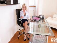 Грудастая красавица-блондинка ублажает всеми дырками член нового шефа