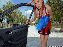 Русская красавица Ева делает минет в машине и трахается на заднем сидении