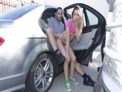 Молодая чикса порется с другом в авто на публике