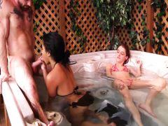 Татуированный мужчина трахает двух подружек в ванне