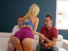 Приятель мужа порет грудастую блондинку, пока его друг режется в игры на консоле