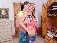 Парень меряет женские трусы блондинки и до кучи порет ее в зад