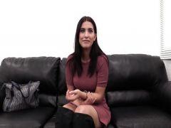 Красивая брюнетка сношается с агентом на кожаном диване первый раз в жизни