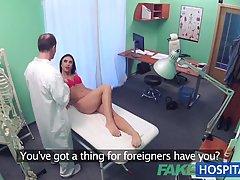 Грязная брюнетка пошла, чтобы обратиться к врачу и получила его огромный член, не имея необходимость спрашивать