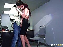 Брюнетка с большими сиськами, Моник Александр трахнулась в ее офисе во время короткого перерыва на кофе