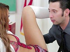 Миниатюрная Марина Энджел была очень непослушной девушкой в течение регулярного занятия, таким образом, она была наказана