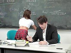 Миниатюрная школьница, Саре Лавв нравится ее красивый учитель химии больше, чем он знает о нем
